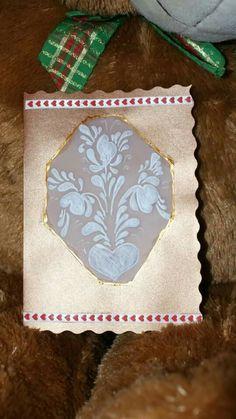 Invitación para boda nada convencional. Tarjeteria española sobre cartulina metálica,con detalle de listón estampado en corazones.