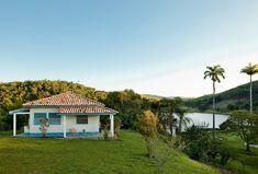 Deu tão certo a casa de hóspedes, no alto de um dos morros da fazenda histórica em Pindamonhangaba, interior de São Paulo, que o dono construiu outra igual no lado oposto do lago. Mas, por dentro, cada uma tem seu charme