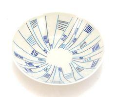 Schale mit Retromuster in Blautönen aus Porzellan