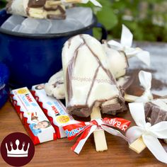 Que tal um sorvetefeito com um dos chocolates favoritos dos nossos seguidores!? *-* Refresque-se com o nosso 'Picolé deKinder Chocolate'! Leva 3 ingredientese é mega cremoso! ASSISTA! Com amor, Gabi Rossi.