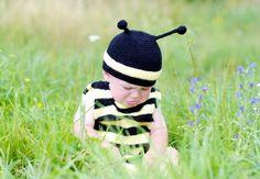 Mehiläinenkin masentuu !    Havainnon teki brittiläisen Newcastlen yliopiston tutkijaryhmä, joka sai selville, että jos mehiläistä kohtelee kaltoin, se tulee huonolle tuulelle.    Tutkijaryhmä riepotteli mehiläisiä, mistä seurasi se, että mielihyvähormonien määrä niiden aivoissa laski selvästi.