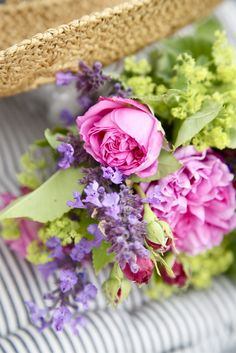 Pink roses and lime blossoms. Beautiful Flower Arrangements, Romantic Flowers, Floral Arrangements, My Flower, Fresh Flowers, Beautiful Flowers, Flower Colors, Flower Spray, Beautiful Pictures