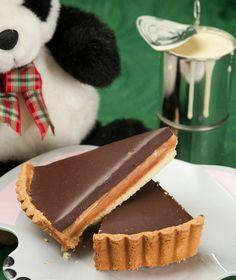 Δύο απολαυστικές στρώσεις κρύβει αυτή η τάρτα: από καραμελωμένο ζαχαρούχο γάλα και κρέμα σοκολάτας.
