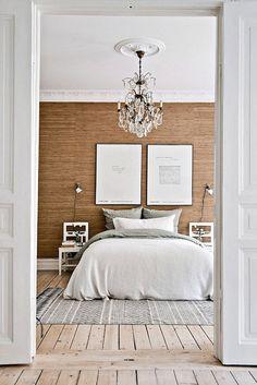 A los dos lados de la cama - sillas blancas como mesitas de noche