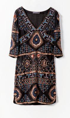 Une robe noire brodee antik batik