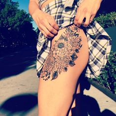 Tattoo sunflower back thighs 35 new ideas Sunflower Tattoo Sleeve, Sunflower Tattoo Shoulder, Sunflower Tattoo Small, Sunflower Tattoo Design, Shoulder Tattoo, Trendy Tattoos, Sexy Tattoos, Black Tattoos, Dream Tattoos