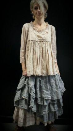 """Les Ours : Jupon """"Clémentine"""" en lin indigo sur Jupe longue rose poudre, T-shirt…"""