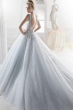 Νυφικό σε princess γραμμή με μεταξωτή τούλινη φούστα και χειροποίητο κέντημ στο μπούστο με κρύσταλλα και λουλούδια.