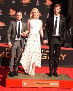 Jennifer Lawrence radieuse dépose ses empreintes avec ses co-stars d'Hunger Games