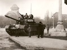 tank Romanian Revolution The was an evolution of the with a reverse engineered Krauss-Maffei 830 hp engine, improved turret, modernized main gun, and a new fire control system Romanian Revolution, Bucharest, Cold War, Old Photos, Military Vehicles, Wwii, Jeep, Monster Trucks, Army