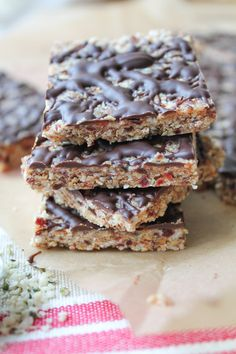 Roasted Almond & Date Squares with Hemp Seeds! Roasted Almond & Date Squares with Hemp Seeds! Vegan Bar, Vegan Snacks, Healthy Treats, Healthy Desserts, Raw Food Recipes, Low Carb Recipes, Snack Recipes, Dessert Recipes, Vegan Food