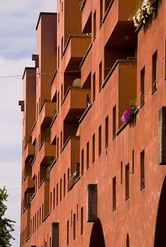 This mid-rise block of flats looked like a fortress years before it actually became a besieged holdout against the fascists in the brief Austrian civil war of 1934 Karl Marx, Beautiful Buildings, Civilization, Modern Architecture, Castle, Politics, History, Places, Modernism