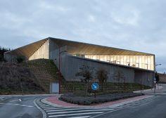 Taller Básico de Arquitectura's nursery with faceted concrete corridor