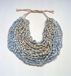 Claudia Diehl, diseñadora alemana, es conocida por la creación de joyas, prendas y calzado de papel periódico.