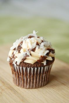 Perfect for when you have a girlscout cookies craving...and no one is selling them! Try these Samoas Cupcakes!!