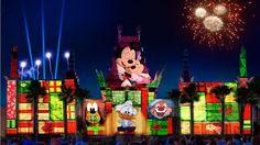 """Apertem os cintos, o Papai Noel sumiu! E a busca começa no Pólo Norte na véspera de Natal no novo show noturno com projeções incríveis que irá estrear no Disney's Hollywood Studios. O nome da festa? """"Jingle Bell, Jingle BAM!"""" estreará no dia 14 de novembro nos arredores do Teatro Chinês com projeções, efeitos especiais, fogos de artifício e uma trilha sonora exclusiva para colocar todo mundo no ritmo da festa de Natal. A história será liderada pelos elfos Wayne e Lanny, personagens do…"""