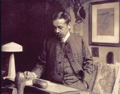"""René Lalique à son Bureau sur lequel repose le modèle en plâtre de la Lampe """"Paons"""""""