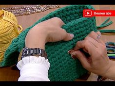 We are making thin peanut clutch bags with Aygioglu Kiran. First we do the base. We& pulling 10 chains for the base. DIY Bag and Purse Free Crochet Bag, Crochet Bags, Knit Crochet, Knitting Videos, Crochet Videos, Crochet Handbags, Crochet Purses, T Shirt Yarn, Diy Shirt