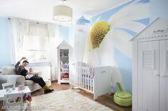 pPokoje dziecięce urządzamy najczęściej w kolorze różowym lub błękitnym. W tej aranżacji wnętrza wybrano netrualny błękit. Efektowną ozdobą jest fototapeta na ścianie. Zdjęcie optycznie powiększa pokój dziecięcy i nadaje mu styl. Meble dla dzieci i dodatki wybrano w kolorze białym. Powstał romantyczny pokój dla dziecka./p