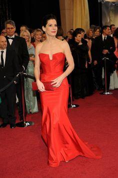 En 2011, al año siguiente de alzarse con el premio a la mejor actriz, Sandra Bullock confió en el rojo de Vera Wang para la gala.  (CORDON PRESS)