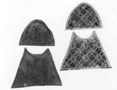 1291 - 1310 Dimensions: hoogte: 30 cm breedte: 43 cm Description:  Wollen weefsel met borduurwerk in zijde- en gouddraad (platsteek) ; de achterzijde, keper 4 damast (China, einde 13de-begin 14de eeuw). Zie gouache van deze beurs KIK n) 10053758 ( J. Helbig, einde 19de eeuw). Tentoonstelling catalogus (1988): cat. nr. 35.