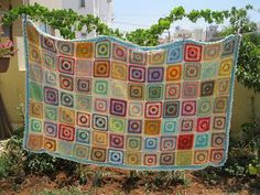 I am sooooo excited! My baby blanket is finally finished! There are 84 squares. Easy Granny Square, Sunburst Granny Square, Granny Square Tutorial, Granny Square Projects, Granny Square Blanket, Crochet Carpet, Project Free, Crochet Granny, Crochet Afghans