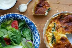 Our recipe for an easy spinach and feta quiche, perfect for summer picnics. Quiche Recipes, Veggie Recipes, Vegetarian Recipes, Big Meals, Family Meals, Spinach Puff Pastry, Easy Quiche, Spinach And Feta, In Season Produce