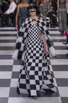 See all the Christian Dior Haute Couture Spring/Summer 2018 photos on Vogue. Christian Dior Couture, Dior Haute Couture, Couture Week, Spring Couture, Couture Looks, Style Couture, Collection Couture, Fashion Show Collection, Vogue