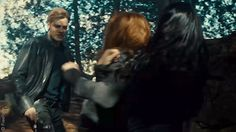 jace, clary et isabelle Shadowhunters Tv Show, Shadowhunters The Mortal Instruments, Redhead Characters, Clary E Jace, To The Bone Movie, Jace Lightwood, Fighting Gif, Shadowhunter Academy, Clace