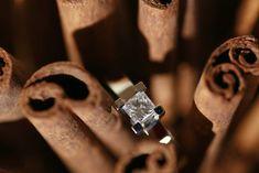 Fantástico anillo con un diamante cuadrado talla princesa