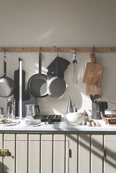 Shaker Style: A Key to Timeless Home Design Kitchen Furniture, Kitchen Dining, Furniture Nyc, Cheap Furniture, Apartment Design, Apartment Therapy, Devol Kitchens, Shaker Style Cabinets, Tadelakt