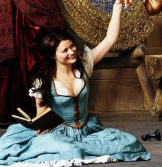 Emilie de Ravin as Belle on Once Upon a Time. Her iconic blue dress as seen in the Disney Beauty and the Beast movie! Who else is a major book lover like Belle? Would be such a fun Halloween costume - and so iconic. Belle Cosplay, Cosplay Dress, Belle Costume, Cosplay Costumes, Costume Dress, Ouat, Once Upon A Time, Belle French, Beauty And The Beast Movie