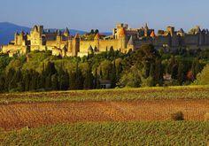 Carcassonne, França Uma das mais impressionantes, esta cidade é parada obrigatória, pois fica exatamente no meio de uma impressionante fortaleza, reconstruída no século XIX. A Inquisição Católica chegou a utilizar uma das torres durante o século XIII e, não à toa, a cidade recebe em torno de 3 milhões de turistas por ano.