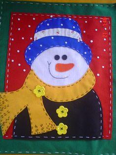 Resultado de imagen para individuales navideños en patchwork Christmas Mug Rugs, Christmas Cushions, Christmas Sewing, Felt Christmas, Christmas Snowman, Christmas Projects, Christmas Ornaments, Diy And Crafts, Christmas Crafts