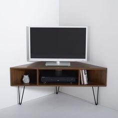 Le meuble TV d'angle vintage Watford. L'esprit des meubles vintage est de retour avec ce meuble d'angle TV à la structure bois et métal, conçu dans un style impeccable. Description du meuble TV d'angle vintage Watford :3 niches (1 grande niche pour lecteur + 2 petites niches)Trous passe-câbles.Pieds fuselés forme V en métal, finition époxy noir, patins de protection en plastique noir.Pieds livrés à monter.Caractéristiques du meuble TV d'angle vintage Watford:Caisson pré-assemblé en MD...