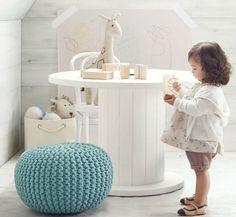 Une grosse bobine de chantier qui fait office de table pour enfants, jolie idée recyclage