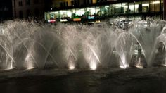 Wasserspiele bei Nacht auf dem Ernst-August-Platz vorm Hauptbahnhof #Hannover - aufgenommen vom Immobilienmakler in Hannover: arthax-immobilien.de