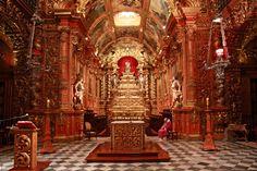 Mosteiro de São Bento do Rio de Janeiro - Capela-Mor - Sua abóboda é do biênio 1639-1640. O arco primitivo era mais estreito e mais baixo do que o atual, formando uma espécie de capela interior. Entre os anos de 1666-1670 foi alargado e alterado sob a direção do monge arquiteto Frei Bernardo de São Bento. Nesta ocasião, também se abriram os dois zimbórios que iluminam a capela-mor e o trono.