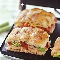 Panini au poulet et aux pommes / Pour un lunch exquis à votre prochaine expédition en plein air, servir avec quelques branches de céleri. On peut utiliser différentes sortes de pain. Si on mange le panini à la maison, on peut aussi le faire griller.