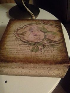 Caja con decoupage...y transferencias. .las flores son transferencias. Decoupage Wood, Decoupage Vintage, Altered Boxes, Altered Art, Wood Burning Crafts, Fruit Box, Pintura Country, Craft Bags, Painted Boxes