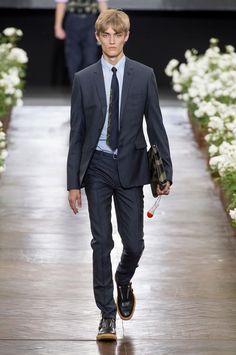 Retrouvez les photos du défilé Dior Homme Homme Printemps-été 2016, les meilleurs moments en vidéo, ainsi que les coulisses et les détails du show