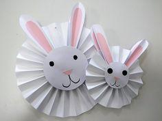 Lavoretti di Pasqua per bambini: un coniglio addobbo di carta plissettata da appendere - Maestro Alberto New Year's Crafts, Paper Crafts For Kids, Easy Crafts For Kids, Toddler Crafts, Diy For Kids, Arts And Crafts, Easter Art, Easter Crafts, Easter Projects