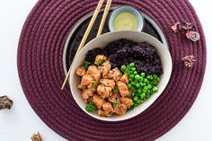 Poke Bowl mit mariniertem Wildlachs & schwarzem Karfiol Reis Low Carb Meal, Food Styling, Hummus, Food Photography, Ethnic Recipes, Raw Salmon, Black Rice, Glutenfree, Healthy Recipes