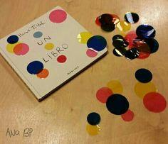 Un libro. Actividad: A cada niño/niña se les da una cuartilla de plástico transparente (sacada de fundas de plástico A4) y círculos de papel de celofán en 3 colores (azul, rojo, amarillo) y tres tamaños. Los pegan libremente en el plástico; al solaparse dos colores, aparece uno nuevo.