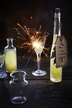 HAPPY NEW YEAR - Ring in the new year with a bright spark! A glass of our limoncello in one hand and a sparkler in the other. Cocktail Drinks, Fun Drinks, Yummy Drinks, Cocktail Recipes, Alcoholic Drinks, Sparkling Drinks, Beverages, Cocktails, Champagne