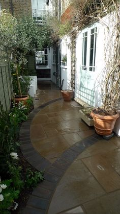 Minimalist Courtyard Garden London - love the interest the stonework added to th. - Minimalist Courtyard Garden London – love the interest the stonework added to this small space.