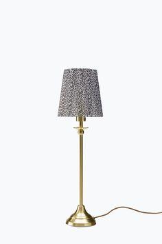 Bordslampa av mässingsfärgad metall med djurmönstrat organzatyg. Höjd 48 cm…