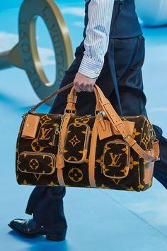 louis vuitton handbags The complete Louis Vuitton Fall 2020 Menswear fashion show now on Vogue Runway. Vuitton Bag, Louis Vuitton Handbags, Purses And Handbags, Louis Vuitton Monogram, Gucci Handbags, Fashion Week, Fashion Bags, Fashion Fashion, Runway Fashion