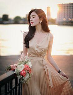 Posted by Sifu Derek Frearson Girl Fashion, Fashion Dresses, Womens Fashion, Fashion Design, Elegant Outfit, Elegant Dresses, Luxury Lifestyle Fashion, Gala Dresses, Korean Fashion Trends