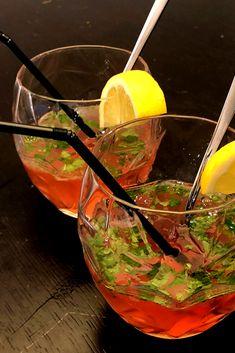 Modifiez le mojito traditionnel en y mettant du Porto Cruz Pink plutôt ! Faites nous confiance, c'est le cocktail idéal pour une soirée entre filles ou un apéro entre amis au soleil #recette #apéro #mijito #rose #alcool #soleil #Gourmandiz Mojito, Punch Bowls, Cocktails, Rose, Pink, Girl Night, Chicken Flatbread, Confidence, Alcohol